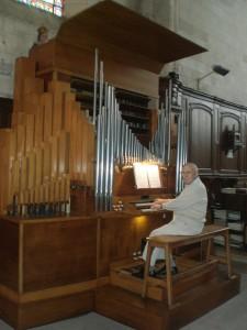 Max Levasseur joue régulièrement de l'orgue en dehors des heures des messes qu'il anime régulièrement.Pour lui,un moment de détente entre les nombreuses heures qu'il a passé et passe encore pour nettoyer,cirer,astiquer.
