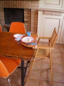 chaise haute et vaisselle adaptée