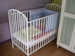 lit bébé dans chambre des parents